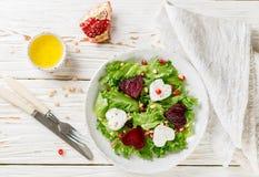 新鲜的沙拉用山羊乳干酪、烤甜菜和莴苣 库存照片