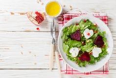 新鲜的沙拉用山羊乳干酪、烤甜菜和莴苣 免版税库存照片