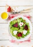 新鲜的沙拉用山羊乳干酪、烤甜菜和莴苣 图库摄影