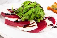 新鲜的沙拉用山羊乳干酪和火箭和甜菜 库存照片