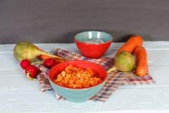 新鲜的沙拉用根绿色萝卜和红萝卜 免版税库存照片
