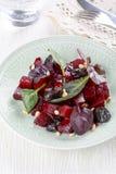 新鲜的沙拉用甜菜、修剪和松果 免版税库存照片
