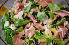 新鲜的沙拉用羊羔莴苣、鲕梨和熏火腿 免版税库存照片