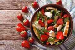 新鲜的沙拉用草莓、鸡、咸味干乳酪和芝麻菜 horizont 图库摄影