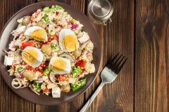 新鲜的沙拉用蒸丸子和鸡蛋 免版税库存照片