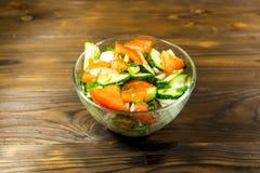 新鲜的沙拉用蕃茄、黄瓜、葱、荷兰芹和莳萝 免版税库存图片