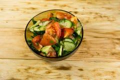 新鲜的沙拉用蕃茄、黄瓜、葱、荷兰芹和莳萝 图库摄影