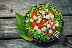 新鲜的沙拉用蕃茄和cucumber.green 免版税库存照片