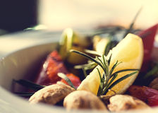 新鲜的沙拉用蕃茄,蘑菇,柠檬和 免版税库存照片