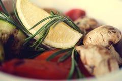新鲜的沙拉用蕃茄,蘑菇,柠檬和 免版税库存图片