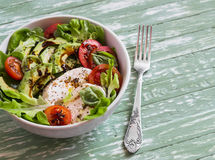 新鲜的沙拉用鲕梨、蕃茄和无盐干酪,在一个白色碗 库存图片