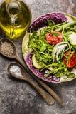 新鲜的沙拉蕃茄和混杂的绿色芝麻菜, mesclun, mache 免版税图库摄影