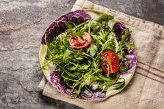 新鲜的沙拉蕃茄和混杂的绿色芝麻菜, mesclun, mache 库存照片