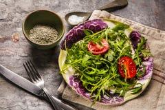 新鲜的沙拉蕃茄和混杂的绿色芝麻菜, mesclun, mache 库存图片