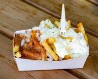 新鲜的油煎的比利时土豆棍子的部分有inion的,ketshup和心满意足调味汁 免版税库存照片