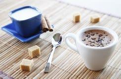 新鲜的浓咖啡用加强的早晨的牛奶 免版税库存图片