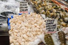 新鲜的海鲜在市场上 免版税库存图片