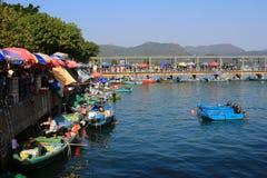 新鲜的海鲜的各种各样的类型在一条小船的待售在Sai Kung ha 免版税库存图片