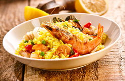 新鲜的海鲜肉菜饭盘用在木表上的柠檬 免版税库存照片