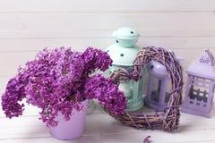 新鲜的淡紫色花、装饰紫罗兰色心脏和brigh灯笼 免版税库存图片