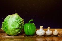 新鲜的湿菜和蘑菇 免版税库存照片