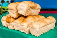 新鲜的烘烤面包,大面包,面包锡 库存照片