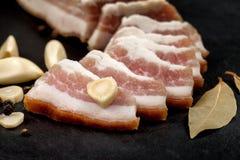 新鲜的烟肉用大蒜和干胡椒,月桂叶 乌克兰传统烹调 免版税图库摄影