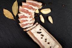 新鲜的烟肉用大蒜和干胡椒,月桂叶 乌克兰传统烹调 免版税库存图片