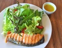 新鲜的烤三文鱼沙拉和色拉调味品 图库摄影
