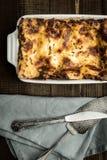 新鲜的烤宽面条用剁碎的牛肉、博洛涅塞调味汁和无盐干酪乳酪 免版税库存照片