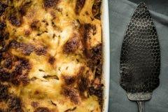 新鲜的烤宽面条用剁碎的牛肉、博洛涅塞调味汁和无盐干酪乳酪 库存照片