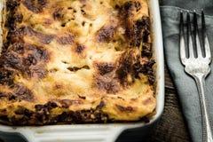新鲜的烤宽面条用剁碎的牛肉、博洛涅塞调味汁和无盐干酪乳酪 库存图片