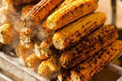 新鲜的烤或烤棒子 烤玉米在街道上的待售 库存照片