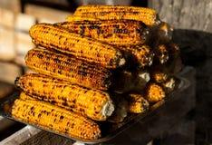 新鲜的烤或烤棒子 烤玉米在街道上的待售 免版税库存图片