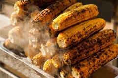 新鲜的烤或烤棒子 烤玉米在街道上的待售 免版税库存照片