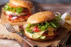 新鲜的烤牛肉汉堡和炸薯条 库存照片
