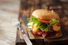新鲜的烤牛肉汉堡和炸薯条 库存图片