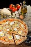 新鲜的烤箱被烘烤的薄饼用鸡蛋、香肠、所有乳酪和西红柿酱 免版税图库摄影