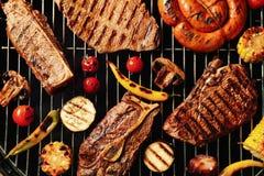 新鲜的烤肉牛排和菜在烤肉磨碎 免版税库存图片