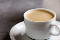 新鲜的热奶咖啡,传统浓咖啡咖啡饮料用牛奶 免版税库存照片