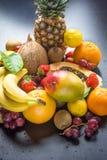 新鲜的热带和夏天季节性果子菠萝番木瓜芒果椰子桔子猕猴桃香蕉柠檬葡萄柚的分类 免版税库存图片