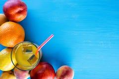 新鲜的热带水果和一杯与冰的汁液 免版税库存图片