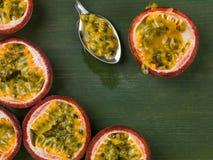 新鲜的热带西番莲果的选择 免版税库存照片