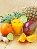 新鲜的热带水果汁 免版税库存图片
