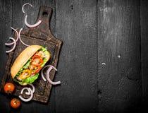新鲜的热狗用草本和辣调味汁 免版税库存图片