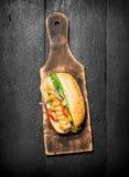 新鲜的热狗用草本和辣调味汁 免版税图库摄影