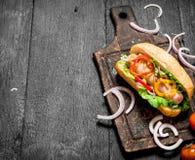新鲜的热狗用草本和辣调味汁 库存图片