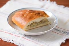 新鲜的热的俄国饼用圆白菜和肉 在pl的切的饼 免版税库存图片