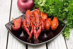 新鲜的煮沸的小龙虾用葱和荷兰芹在白色木背景 土气样式 新鲜的海鲜 蒸的小龙虾 免版税库存照片