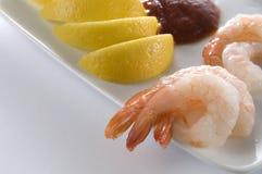 新鲜的煮熟的虾用柠檬和调味汁 免版税库存照片